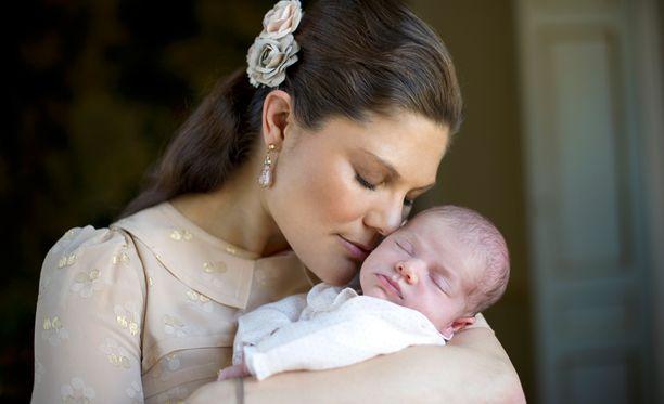 Kruununprinsessa Victoria tuoreena äitinä maaliskuussa 2012.