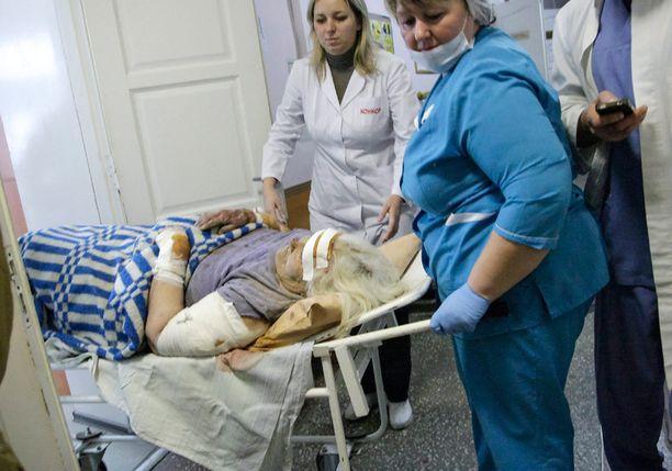 Iskussa haavoittunutta naista siirrettiin sairaalassa Donetskissa. Ukrainan hallitus aikoo viedä siviilien viimeaikaiset tappamiset Haagin kansainväliseen rikostuomioistuimeen.