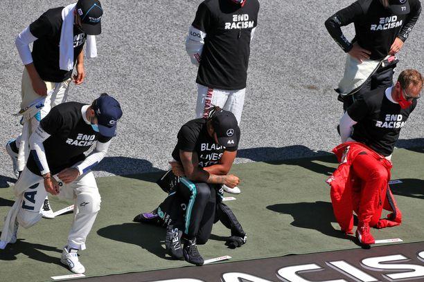 Lewis Hamilton polvistui ennen sunnuntain F1-kisaa.