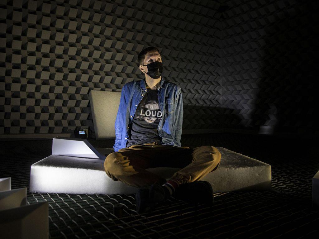 Vaikka toimittajan t-paidassa lukee LOUD, huoneessa ääntä ei kuulu pihaustakaan.