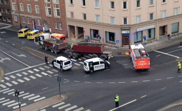 Suojatiellä rekan alle jäänyt 11-vuotias tyttö menehtyi vammoihinsa Tampereella.