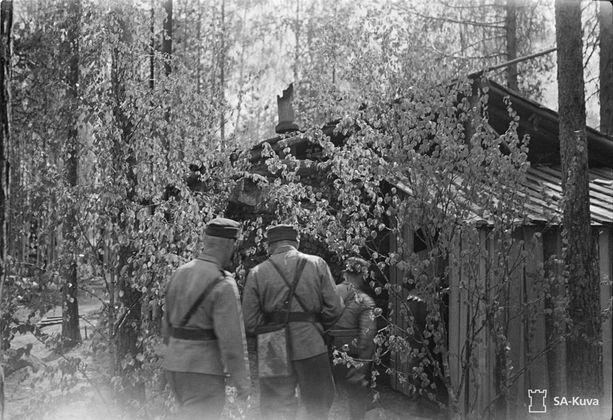 Miehet olivat tuoneet tuoneet koivuja karujen kämppiensä ovenpieliin Ontajoen itäpuolella Jatkosodan viimeisenä Juhannuksena.