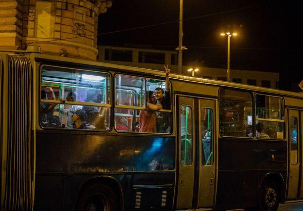 Saksaa kohti lähteneet bussit olivat täynnä pakolaisia.