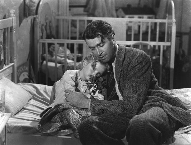 Karolyn Grimes James Stewartin kainalossa Ihmeellinen on elämä -elokuvassa.