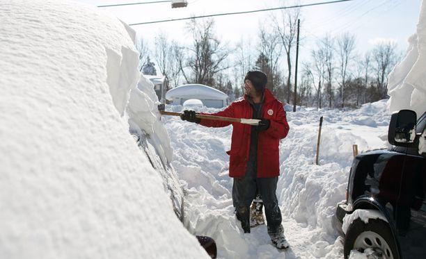 Erityisesti lunta on riittänyt New Yorkin osavaltion pohjoisosissa. Näin mies teki lumitöitä Aldenissa torstaina.