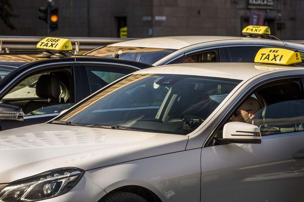 Helsingin päärautatieaseman kyljessä sijaitseva asema-aukio on koko maan vilkkaimpia taksitolppia. Arkistokuva.