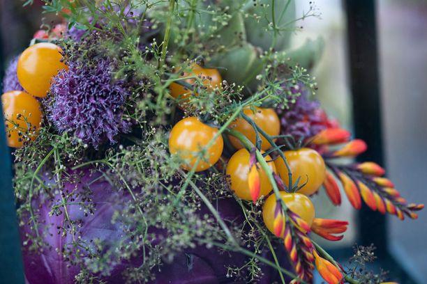 Minna käytti kasviksia kukkamateriaalina. Upeisiin koristeisiin hän laittoi muuun muassa terttutomaatteja, avomaakurkkuja, retiisejä, munakoisoja ja fenkolia.