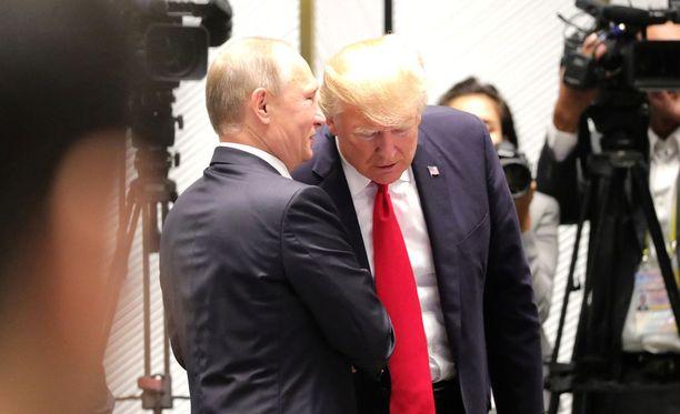 Presidentit Putin ja Trump kuiskuttelivat tavatessaan Vietnamissa marraskuussa 2017.