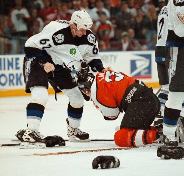 Andrei Nazarov (vasemmalla) on entinen NHL-tappelija. Kuva on vuodelta 1998.