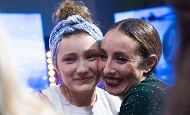 Nuppuna tänä nykyä tunnettava nuori nainen saa ohjelmaa juontavalta Anni Hautalalta halauksen.