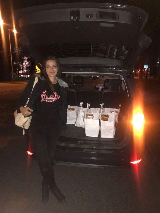 Siivet toimitettiin Susijengin hotelille puoliltaöin. Kuvassa tarjoilija Natalie.