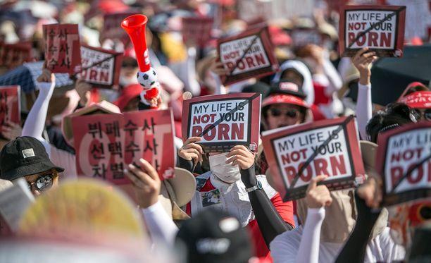 """Elokuun alussa kymmenet tuhannet naiset osallistuivat """"vakoilupornon"""" vastaiseen mielenosoitukseen."""