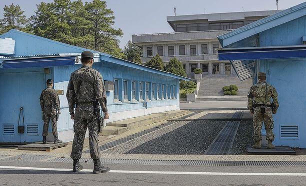 Kuvassa on nähtävillä betonikoroke, jonka yli Pohjois-Korean johtajan Kim Jong-unin odotetaan astuvan.