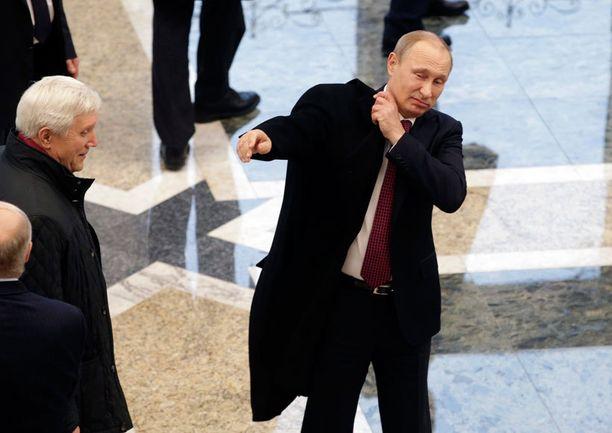 Venäjän presidentti Vladimir Putin poistumassa Minskin rauhanneuvotteluista.