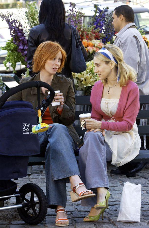 Miranda ja Carrie kahvittelevat sarjan kuudennen kauden jaksossa, totta kai take away -kupit kourissaan.