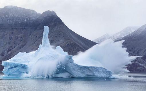 Valtava jäävuori sortui kuvaajien edessä Grönlannissa - laivalla syntyi pienoinen paniikki