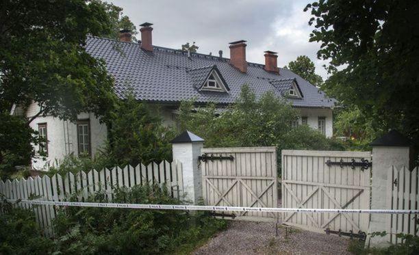 Surmatalo sijaitsee Sipoon Söderkullassa Hansaksen alueella. Tutkinnanjohtaja ei ole suostunut ottamaan kantaa esimerkiksi siihen, onko kyseessä täysin sattumanvaraiseen ihmiseen kohdistunut henkirikos.
