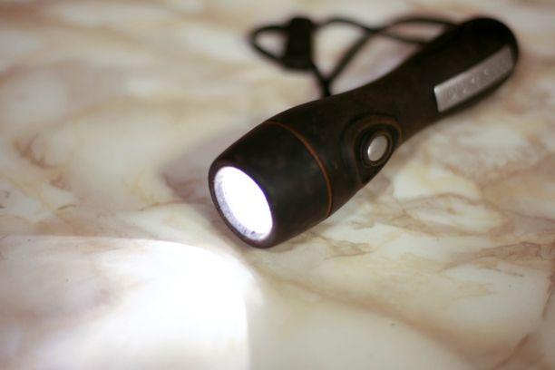 71-vuotias mies otti mukaansa taskulampun, kun hän lähti selvittämään välejä naapurin kanssa. Emännän mukaan valolla osoittelua oli tapahtunut monesti.