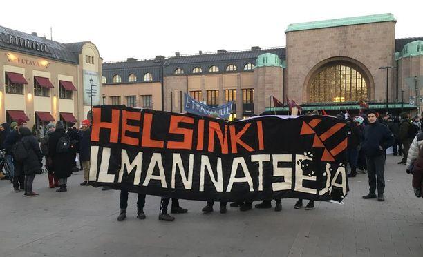 Pohjoismaisen vastarintaliikkeen marssia vastustavat mielenosoittajat kokoontuivat Helsingin asema-aukiolle tiistaina iltapäivällä.