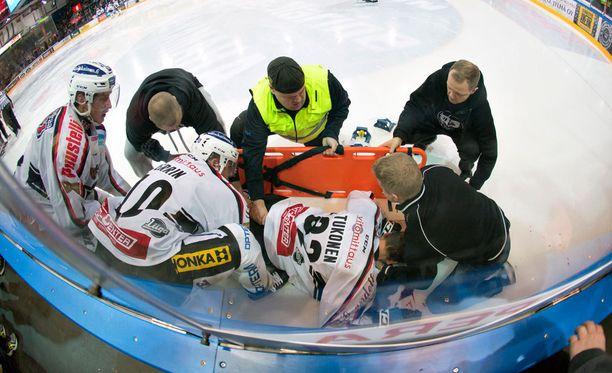 Lauri Tukonen sai rajusti siipeensä JYP-ottelussa.
