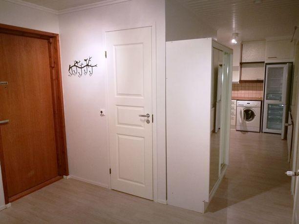 Tampereen Epilässä sijaitsevassa minikodissa on asunnon kokoon nähden tilava vessa. Keittiökin on melko iso, ja keittiön ikkunan eteen mahtuu pieni pöytä.