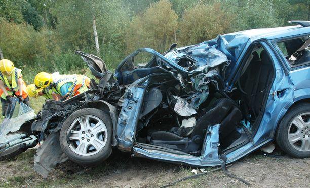 Nuori nainen kuoli bussikuskin törmättyä kovalla nopeudella henkilöautoon Oulun Limingassa elokuussa 2014.