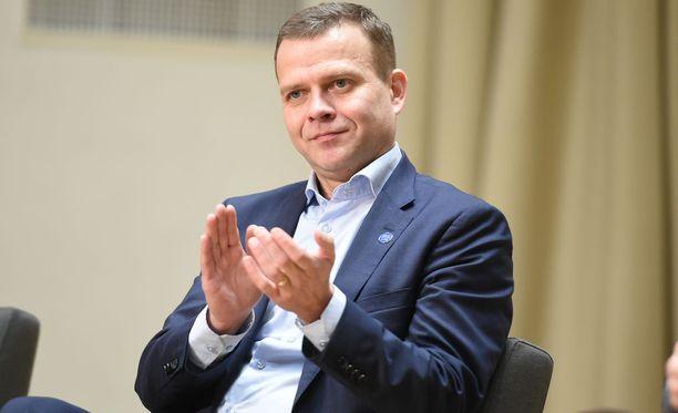 Petteri Orpolle esitettiin tarkat kuvat juhlarahan molemmista puolista.