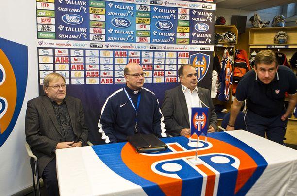 Tapparan uusi päävalmentaja Risto Dufva kuvassa keskellä. Kuvassa myös Erkki Peltonen (vas.) ja Mikko Leinonen (toinen vas.) sekä Sami Hirvonen (vas.).