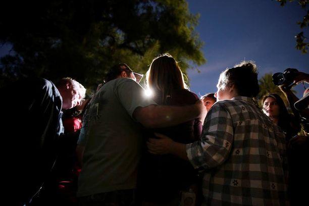 Joukkoampumisesta pelastunut nainen puhui medialle vanhempiensa tukemana.