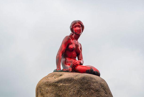 Eläinaktivistit maalasivat patsaan punaiseksi.