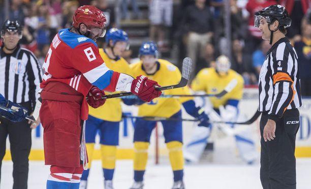 Aleksandr Ovetshkin näytti erotuomarille, että osui kiekkoon mailallaan.