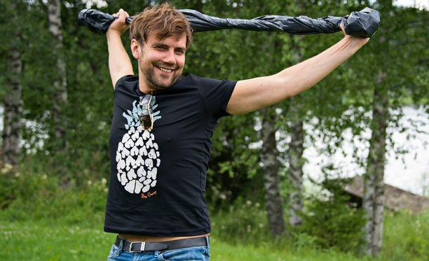 Antti Ketonen näyttää, kuinka jätesäkistä saa oivan apuvälineen venyttelyyn. - Tällä aukeaa hyvin yläkropan lukot pitkän istumisen jälkeen, mies toteaa.
