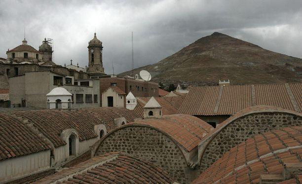 Cerro Ricon jylhä siluetti kohoaa Potosin kaupungin yläpuolella.