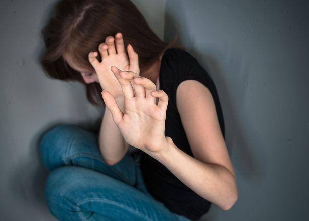 Mies tarttui kovalla otteella tyttöä kädestä ja talutti hänet kellariin (kuvituskuva).