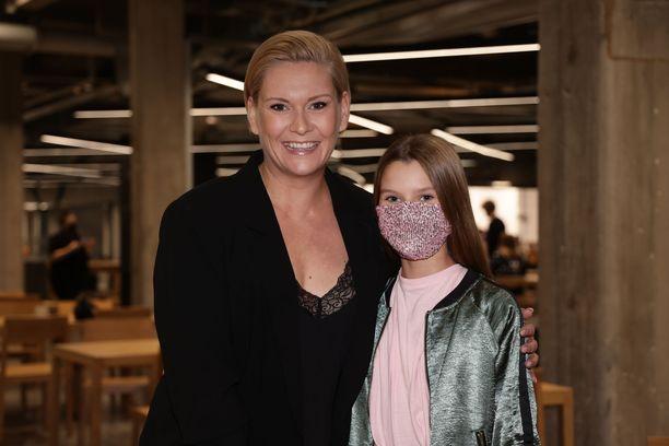 Heidi Sohlberg ja Sofia-tytär odottivat innoissaan lähetyksen alkua.