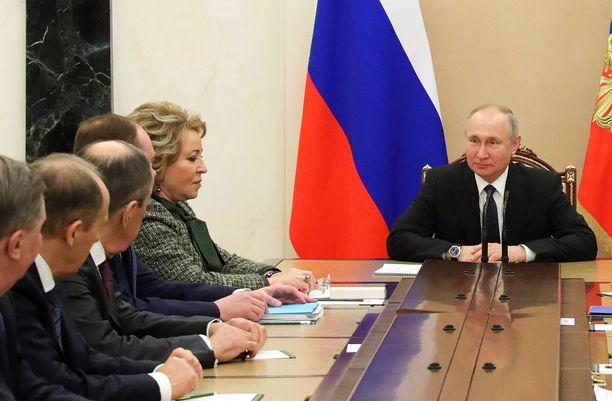 Venäjän presidentti Vladimir Putin Venäjän turvallisuusneuvoston kokouksessa perjantaina.