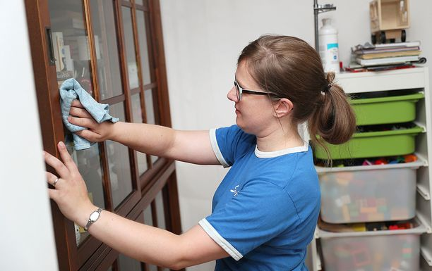 Kotitalousvähennys on tehnyt muun muassa siivousavun hankkimisesta edullisempaa.