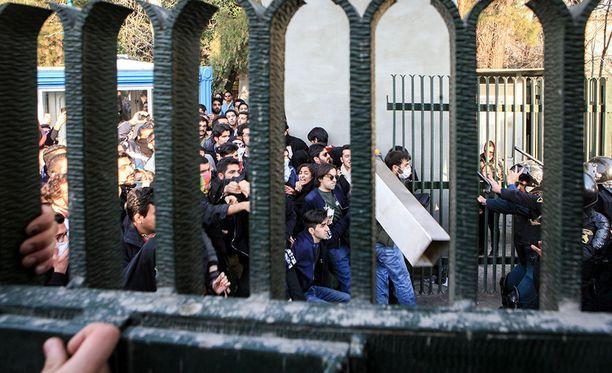 Iranissa hallitusta vastustavat mielenosoittajat ovat ottaneet yhteen poliisien kanssa.