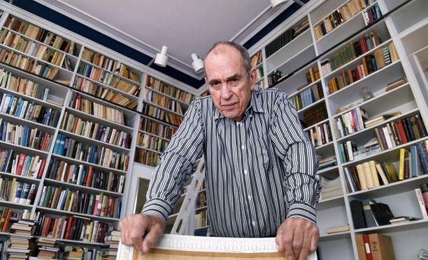 Jörn Donnerilla on yli 10 000 kirjaa. Yksi kirjasto on Tammisaaressa, kaksi Helsingissä. - Olen luopunut yli 5 000 kirjasta. On surullista, että antikvariaatit eivät enää halua kirjoja.