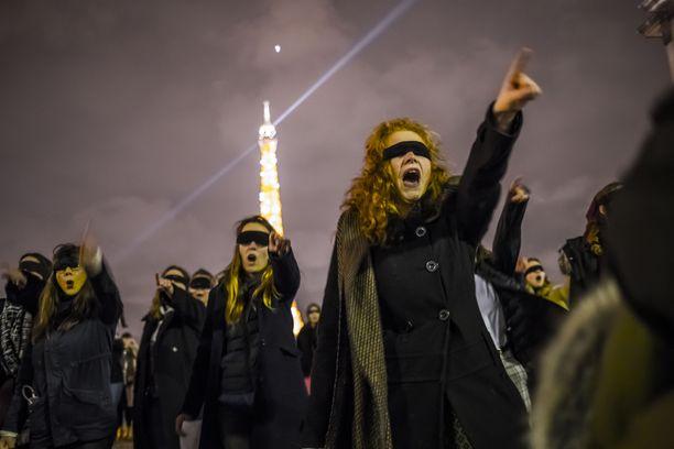 Silmänsä peittäneet naiset osallistuivat marraskuussa Pariisissa naisiin kohdistuvaa väkivaltaa vastaan.