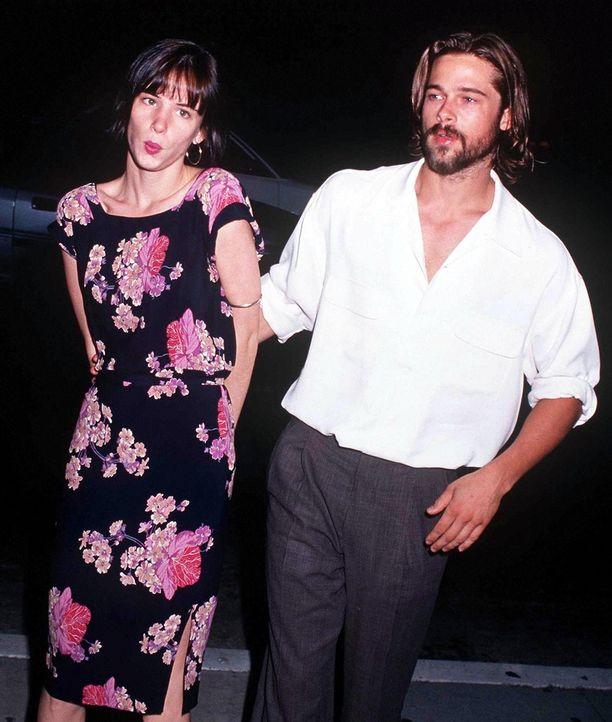 Brad Pitt esitteil muhkeaa partaa ja tummia hiuksia. Tyyli kävi yhteen tyttöystävän Juliette Lewisin tummien kutrien kanssa.