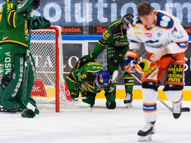 Antti Erkinjuntti (etualalla) niittasi Ilveksen Oskari Laaksoselle (maalin takana) aivotärähdyksen perjantaina Tampereella.