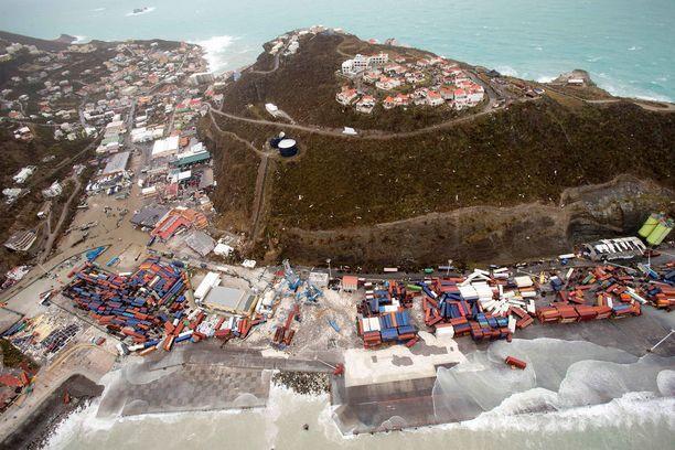 Saint Martinin saari oli yksi ensimmäisistä Karibianmeren saarista, joihin hurrikaani Irma iski torstaina. Viitosluokan myrskyn tuulet puhalsivat 300 kilometrin tuntivauhtia.