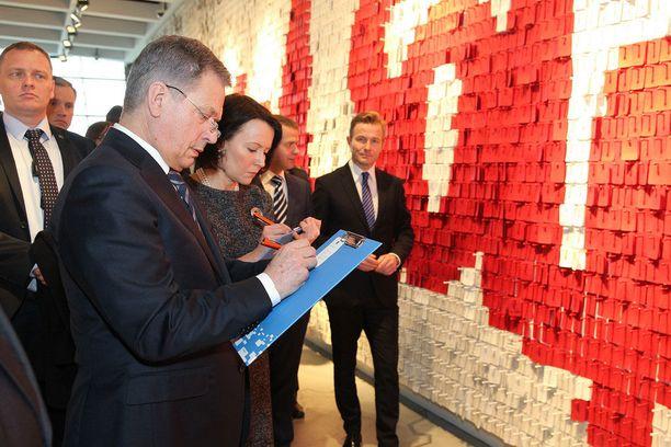 Niinistö kirjoitti Puolan Solidaarisuuskeskuksen seinään muistosanat.