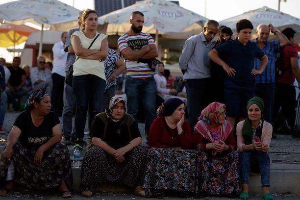 Sukulaiset odottavat ehdonalaiseen pääseviä vankilan ulkopuolella.