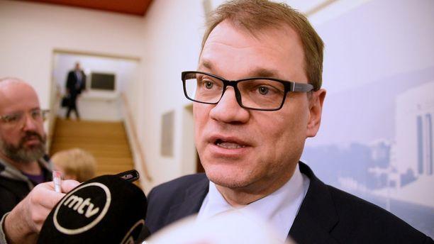 Pääministeri Juha Sipilän mukaan Suomi velkaantuu puoli miljoonaa euroa tunnissa. Se on reippaasti alakanttiin.