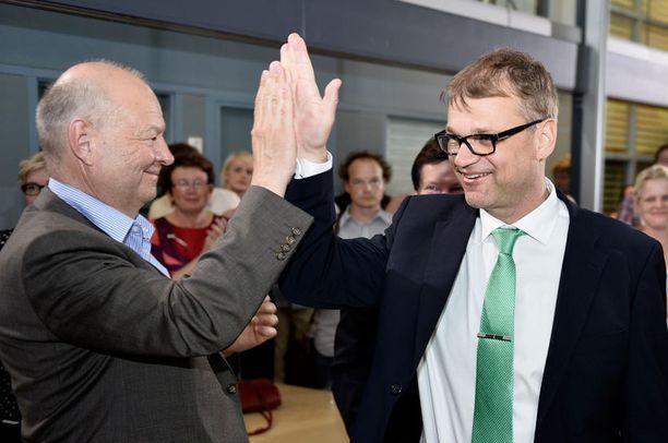 Juha Sipilä jakeli vaalivalvojaisissa ylävitosia.