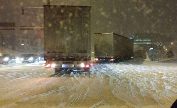 Kuvan ottanut lukija kertoo, että Helsingissä talvi on yllättänyt puolalaiset rekat heti Länsisatamaan päästyään ja ne tukkivat tietä aamuruuhkassa.
