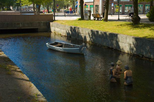 Mies kuoli pudottuaan kanaaliin Raumalla. Kuvassa Raumalla sijaitseva kanaali taideteoksineen vuonna 2005.