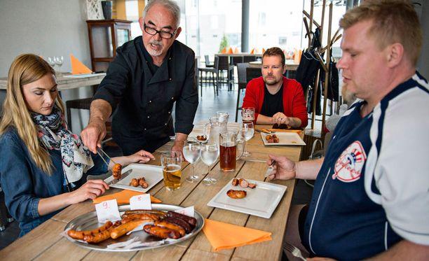 Teresa Välimäki, Arto Koskelo ja Mika Tuomonen maistelivat kesän uutuusmakkaroita helsinkiläisessä Basti's-ravintolassa omistaja Manfredin Schlegelin (keskellä) johdolla. Makutestin voittajaksi kipusi konstailematon Snellmanin Merguez-makkara.